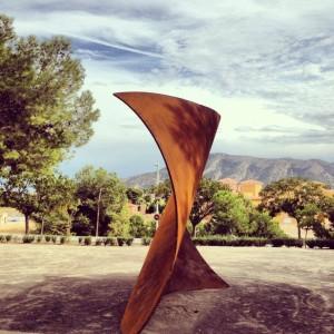 Escultura de Agustín Ibarrola contra el terrorismo en general y en particular en recuerdo a las víctimas de los atentados cometidos en Oslo y la Isla de Utoya en 2011.