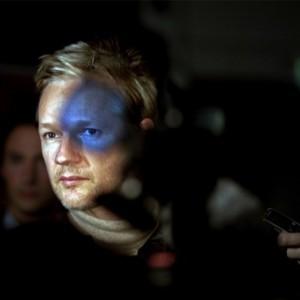 Que estranha relação existe entre a luta de Julian Assange, confinado numa embaixada do Equador, e a resistência a Hitler?