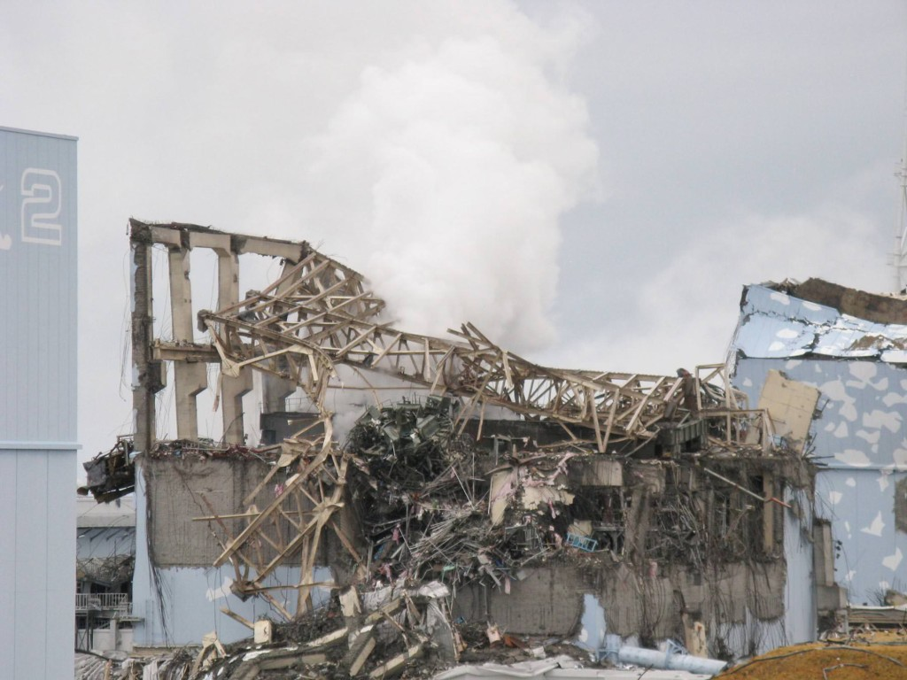 Photo: White smoke spews out from the No. 3 reactor building at the Fukushima No. 1 nuclear power plant on March 15, 2011, the day after the building exploded. (Provided by Tokyo Electric Power Co.)