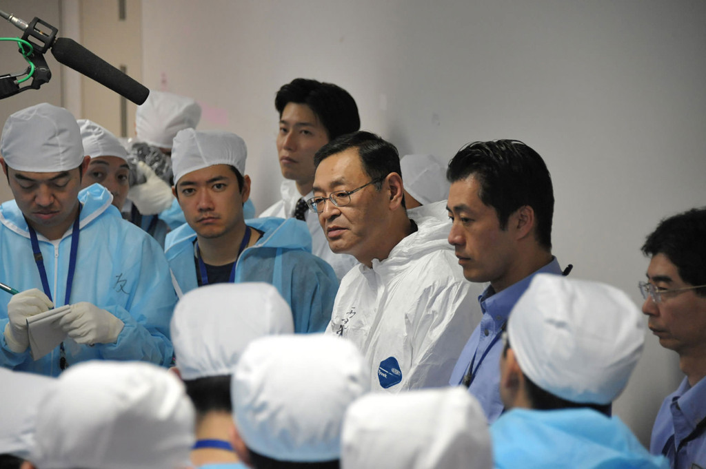 Photo: Masao Yoshida, general manager of the Fukushima No. 1 nuclear power plant, takes questions from reporters in a quake-proof control center building at the plant on Nov. 12, 2011.