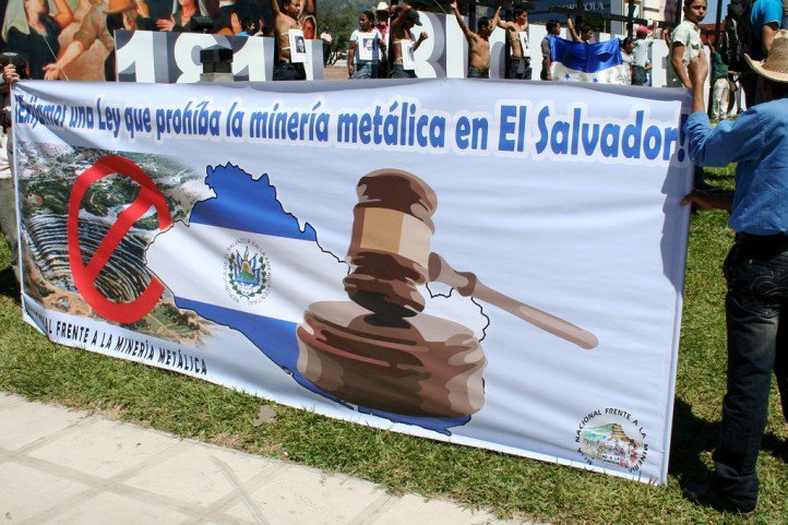Salvadorans protest in favor of a ban on all mineral mining. (Photo: laurizza / Flickr)