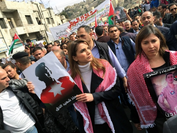 Jordanian Queen Rania holds a placard during a demonstration in the capital Amman to express solidarity with the pilot murdered Islamic State, 6 Feb (AFP)