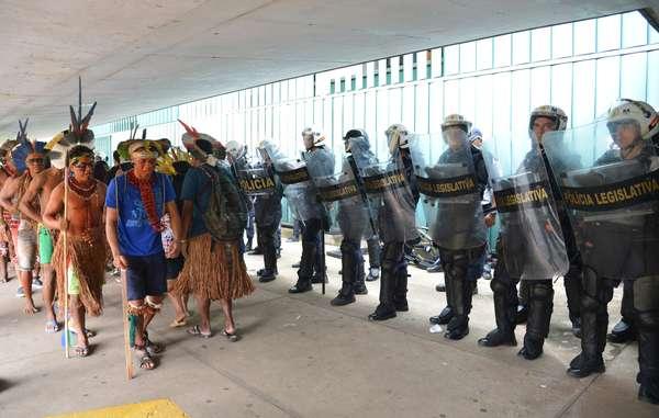 Dozens of Indians entered the Congress building to make their voices heard. © Agência Brasil