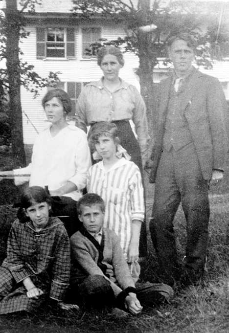 The Frost family in Bridgewater, New Hampshire, 1915: Elinor and Robert, Lesley and Irma, Marjorie and Carol (University of Virginia Library)
