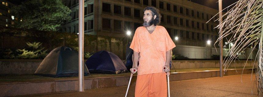 Jihad Ahmad wearing Guantánamo´s clothing in front of US Embassy