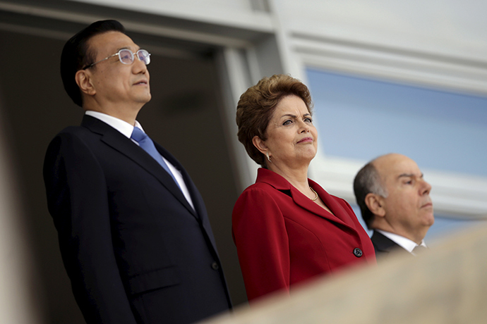 Chinese Premier Li Keqiang (L) and Brazil's President Dilma Rousseff look on before a meeting at the Planalto Palace in Brasilia, May 19, 2015 (Reuters / Ueslei Marcelino)