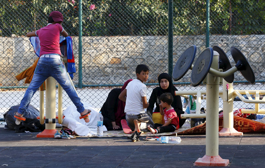 A Syrian family takes shelter at a playground in the resort town of Bodrum, Turkey, September 4, 2015. © Murad Sezer / Reuters