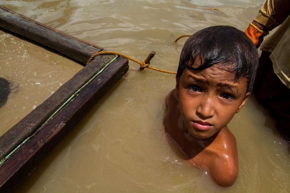 An 11-year-old boy works at an underwater mining site in Camarines Norte province, Philippines.  © 2015 Mark Z. Saludes for Human Rights Watch