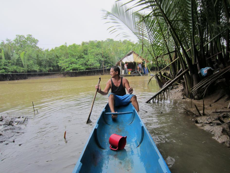 A narrow boat used to travel to a compressor mining site in the Philippines. © 2015 Juliane Kippenberg/Human Rights Watch