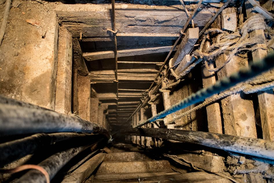 An underground mine in Malaya, Camarines Norte.  © 2014 Mark Z. Saludes for Human Rights Watch