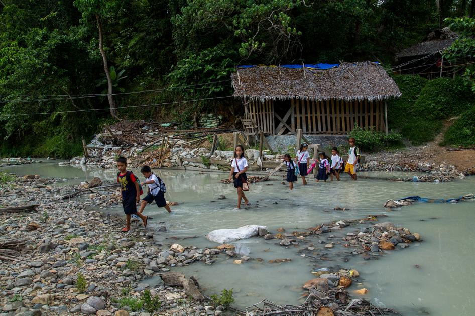 Mercury-contaminated water flows into the Bosigon River in Malaya, Camarines Norte.  © 2014 Mark Z. Saludes for Human Rights Watch
