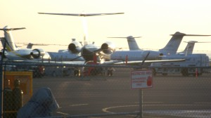 Dec 30, 2015 Kona airport private jets. It gets so crowded with dozens and dozens of private jets that some have to park in Maui and Hilo (other Hawaiian islands).