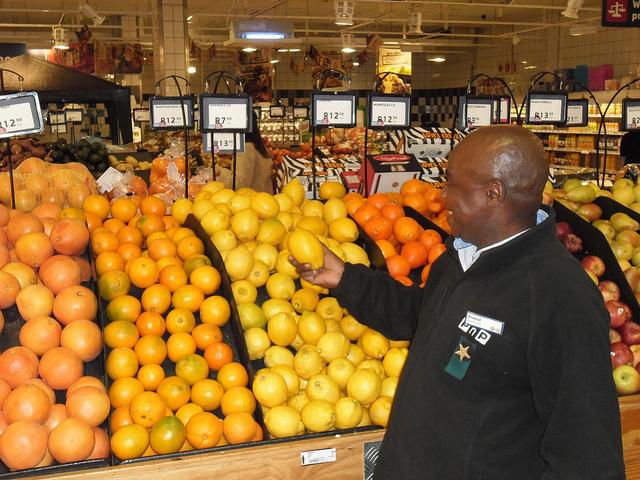 Los productores africanos, como los que cultivan estos limones en Sudáfrica, se beneficiarán con las iniciativas para promover el intercambio comercial entre los países de África. Crédito: John Fraser/IPS