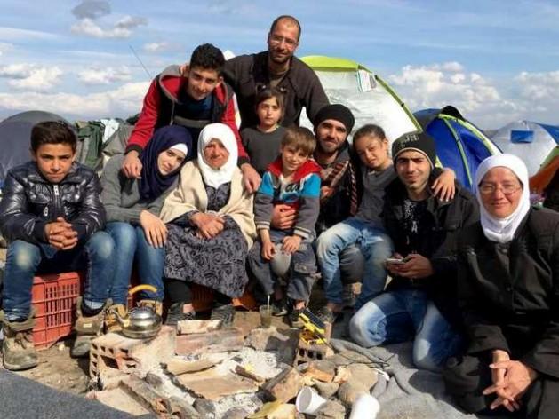 Miembros de siete familias diferentes de refugiados sirios, que antes no se conocían, llegaron juntos a las islas griegas y juntos siguen. Crédito: T.Karas/Acnur