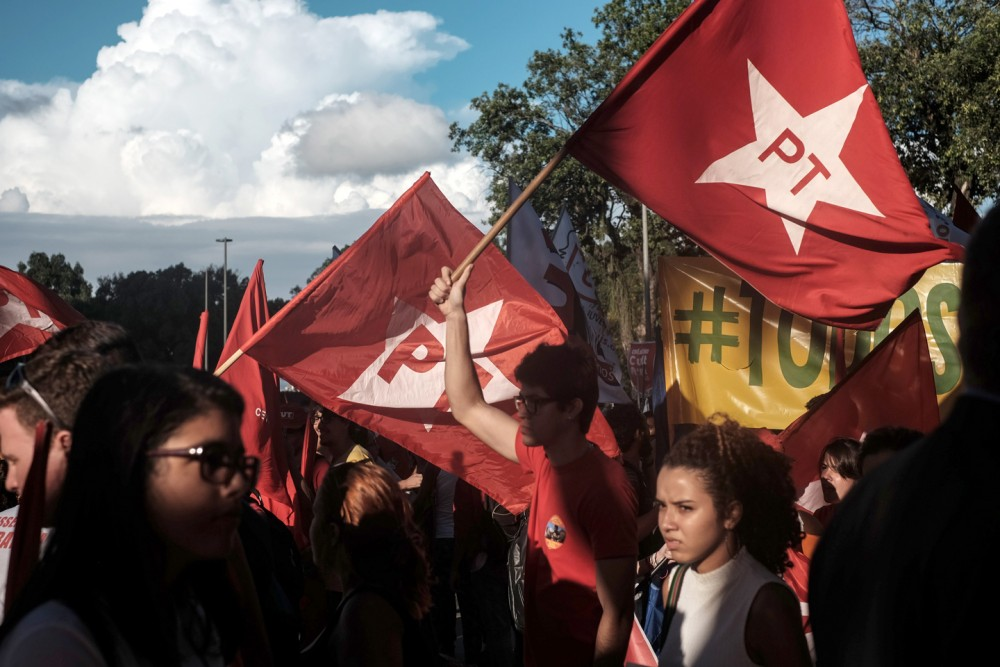 dos trabalhadores Apoiantes do Partido dos Trabalhadores (PT) fazem demonstração em prol da presidente Dilma Rousseff e do ex-Presidente Luiz Inácio Lula da Silva, no Rio de Janeiro, Brasil, em 18 de março de 2016. Foto: Yasuyoshi Chiba / AFP / Getty Images