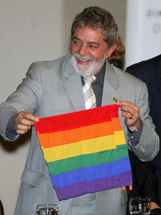 O presidente Luiz Inácio Lula da Silva com uma bandeira do movimento dos direitos dos homossexuais, durante a cerimónia de abertura da I Conferência Nacional de Gays, Lésbicas e Transexuais, no dia 5 de junho de 2008, no Brasil. Foto: Joedson Alves / AFP / Getty Images