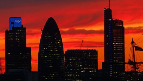 The sun sets behind the Cutty Sark and the City of London. | Photo: Reuters