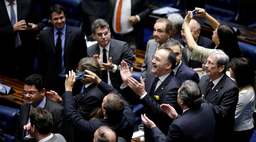 Members of Brazil's Senate react after a vote to impeach President Dilma Rousseff for breaking budget laws in Brasilia, Brazil, May 12, 2016. © Ueslei Marcelino / Reuters