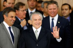Interim President Michel Temer waves with Sen. Aécio Neves, left, at a signing ceremony for new government ministers at the presidential palace in Brasília, May 12, 2016. Photo: Igo Estrela/Getty Images