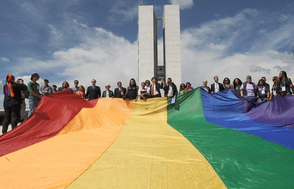 Bandeira LGBT no Congresso Nacional do Brasil: Antonio Cruz/ABr – http://www.agenciabrasil.gov.br/media/imagens/2009/05/14/1340AT2497.jpg [CC BY 2.5], via Wikipedia