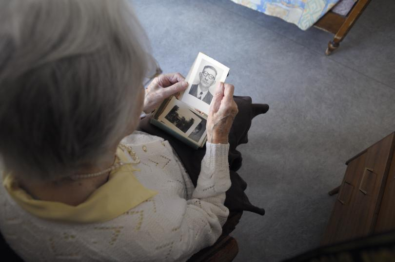 A woman, suffering from Alzheimer's disease, looks at an old picture in a retirement house in Angervilliers, eastern France, March 18, 2011. Photo: GETTY IMAGES/SEBASTIEN BOZON/AFP