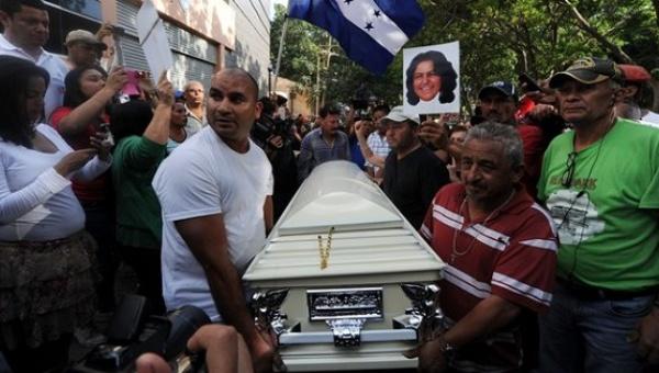 Relatives and friends carry Berta Caceres' coffin through La Esperanza, Honduras, during her funeral. | Photo: AFP