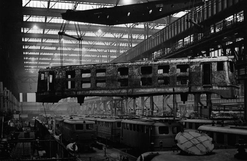 Electric locomotive construction at the Krupp Works, Essen, 1960. (Photo: Bundesarchiv, B 145 Bild-F009230-0011 / Müller, Simon / CC-BY-SA 3.0 / Gradient added)