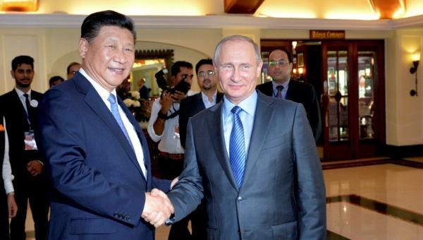 Los presidentes Xi Jinping (i) y Vladimir Putin (d) en Goa. | Foto: Reuters.