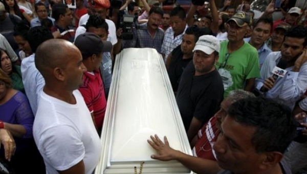 Supporters carry the coffin of slain environmental rights activist Berta Caceres after her body was released from the morgue in Tegucigalpa, Honduras, March 3, 2016. | Photo: Reuters