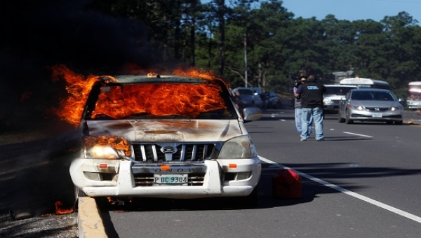 A vehicle set ablaze in Zambrano, on the outskirts of Tegucigalpa, Honduras, Oct. 3, 2016. Photo: Reuters