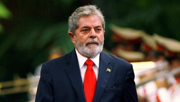 Luiz Inacio Lula da Silva reviews the honor guard during a reception ceremony at Havana's Revolution Palace. | Photo: Reuters